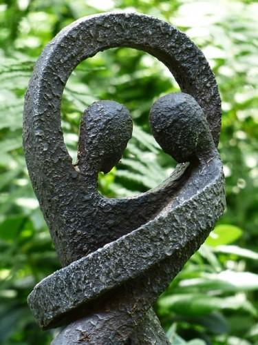 Figur med to mennesker i berøring med hinanden - symboliserer den vigtige menneskelige kontakt på tantraskoler