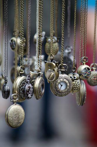 Ledige tider  - Billedet viser mange hængende ure