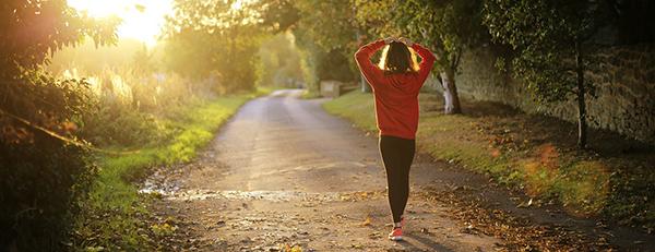 Foto viser en kvinde der vandrer i naturen
